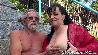 Büyük Memeli Büyükanne Yalama Büyük Yaşlı Yarık ve Döllü Dörtlü Seks'te Püskürtülür