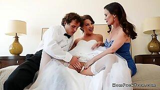 Vollbusig stiefmutter in dreier mit pärchen