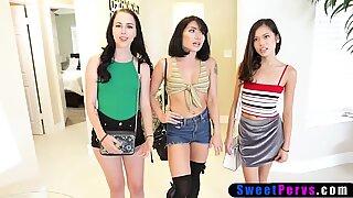 Tre AsiTisk prinsesser elsker FREK-sex i forskellige positioner.