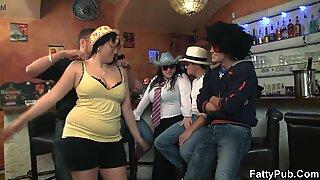 Černé Boubelky Dívky se baví v Hospoda
