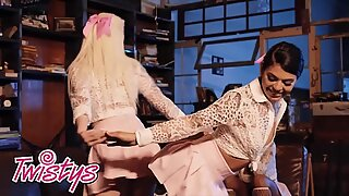 Twistys - Lesbisk Kollegiepige trekant med Thicc Latinas