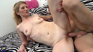 Mature mame și pervers fiu făcând sex la acasă
