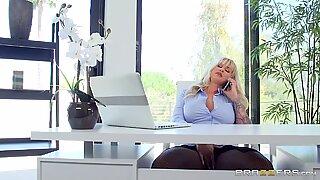 Storbröstad Lady Boss Ryan Hot Sex med Keiran