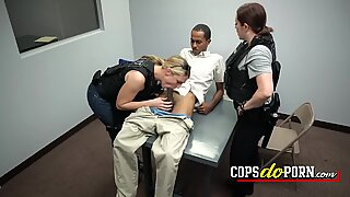Sorter fyr kommer ind i det forespørgselsrum og bliver fuck af to politiet i en interracial trekant.