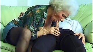 Bujné poprští mamina dělá deepthroat sex