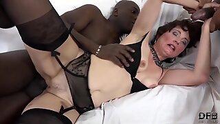 Bang multirracial para avózinha que quer sexo anal e vulva