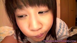Studentessa giapponese sditalinata prima del pompino